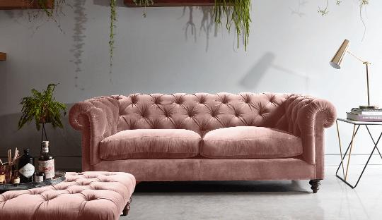 Ý tưởng phòng khách nữ tính với ghế sofa màu hồng