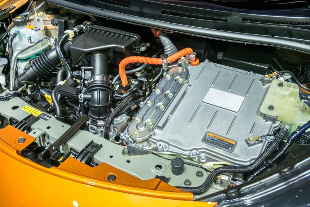 Imagem de um motor de carro híbrido que utiliza bateria elétrica.