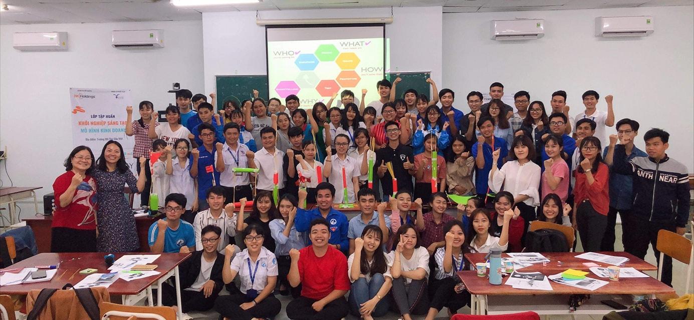 Cô Huỳnh Hồng Mai, Đại diện đơn vị BKHoldings và toàn thể học viên lớp tập huấn.