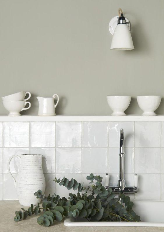 Pia de cozinha com azulejo branco e meia parede e outra metade pintado de cinza claro