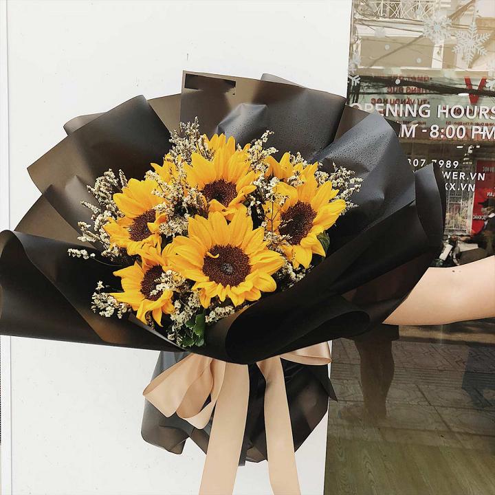Ảnh có chứa cây, bàn, bó hoa, hoa Mô tả được tạo tự động