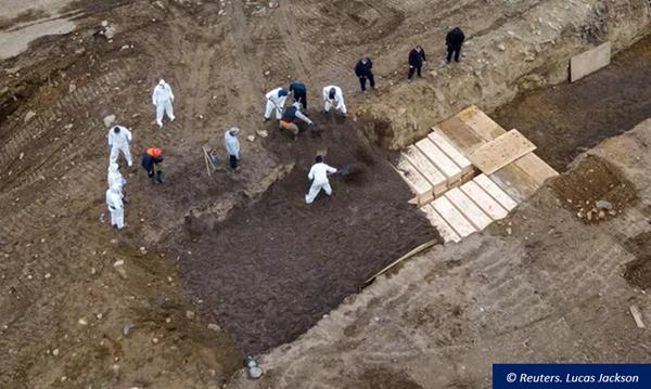 Une fosse commune sur Hart Island, près de New York, lors de la crise sanitaire de 2020.