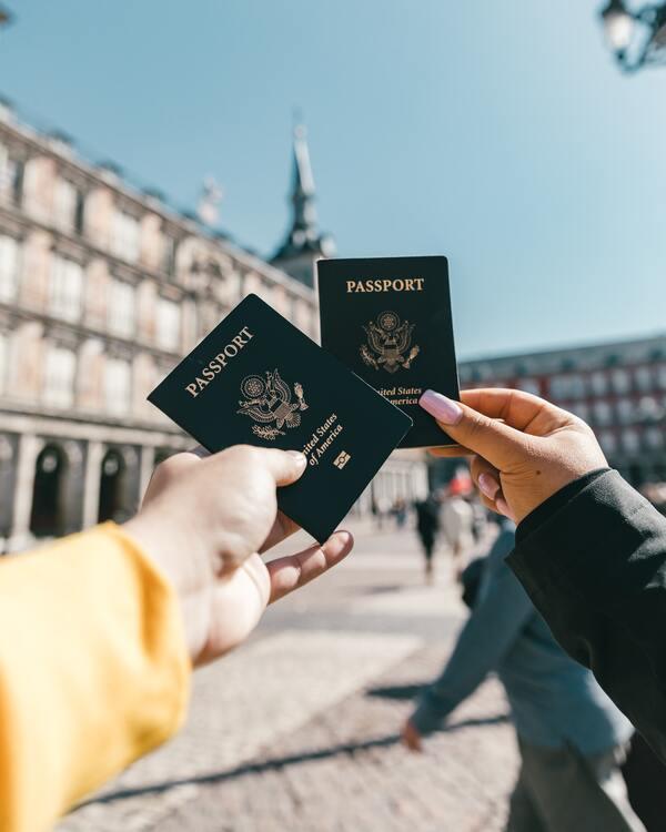 foto de duas pessoas segurando os passaportes