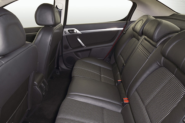 rear-seat-of-the-peugeot-407