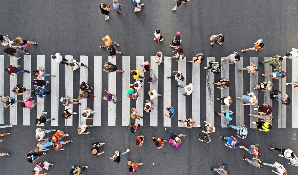 A faixa de segurança é um dos principais direitos dos pedestres ao lado da existência de calçadas e vias exclusivas para deslocamentos a pé. (Fonte: Shutterstock/Varavin88/Reprodução)