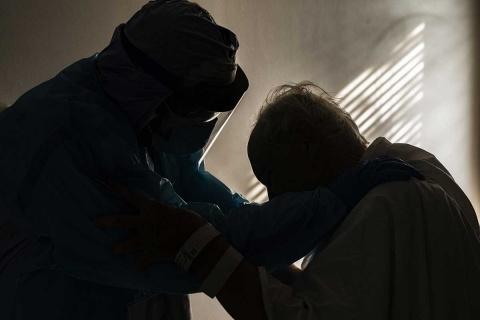 Abrazados, doctor y anciano grave de covid conmueven al mundo