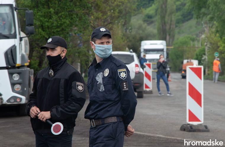 Полиция и журналисты ожидают приезд Зеленского на трассе Северодонецк-Станица Луганская в Луганской области, 8 мая 2020 года. Еще два года назад именно на этом месте функционировал блокпост Национальной полиции