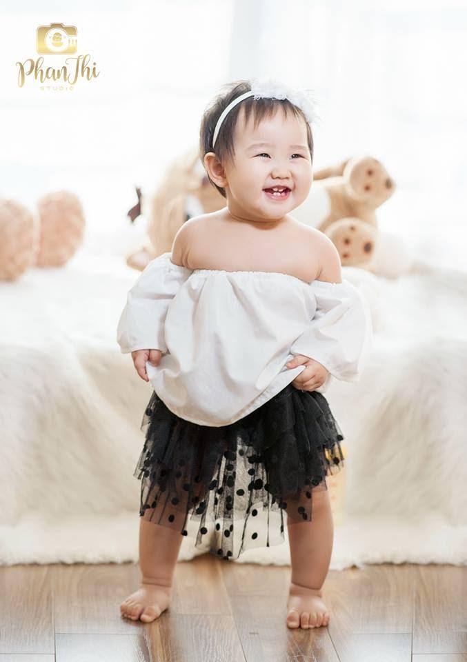 Trong hình ảnh có thể có: 1 người, đang cười, em bé