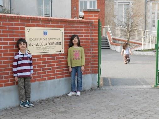 enfants devant l'école