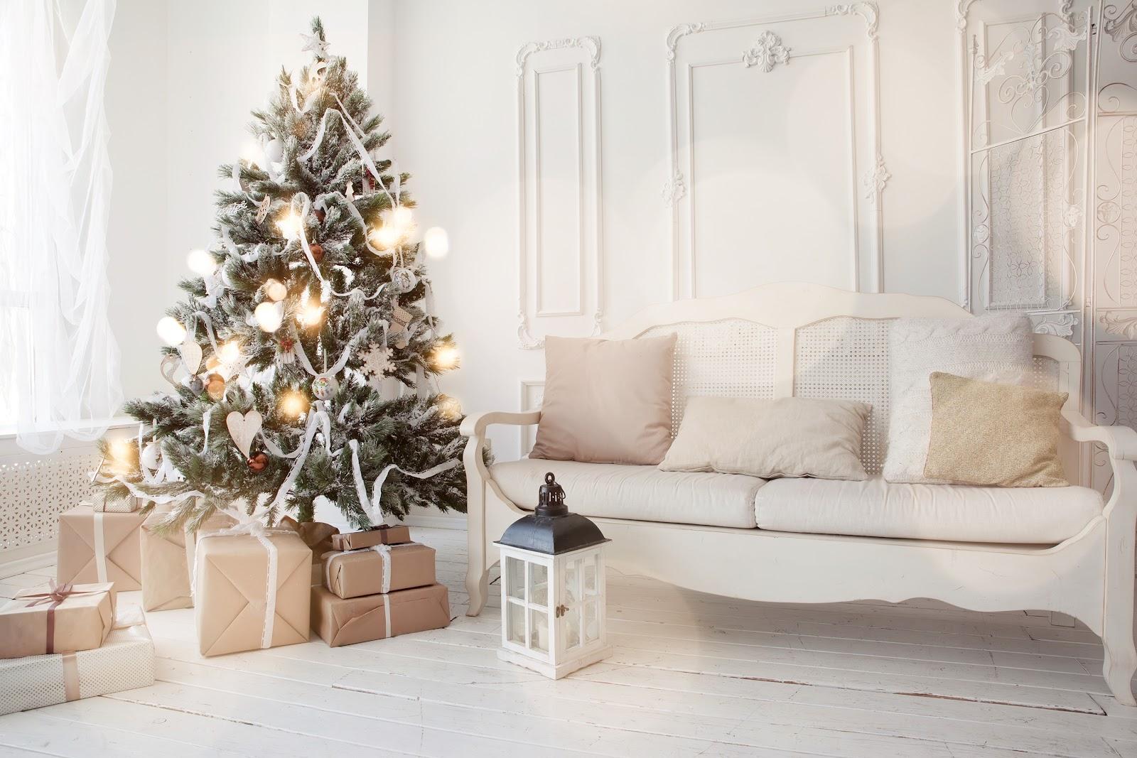 Uma árvore de natal decorada em uma sala.
