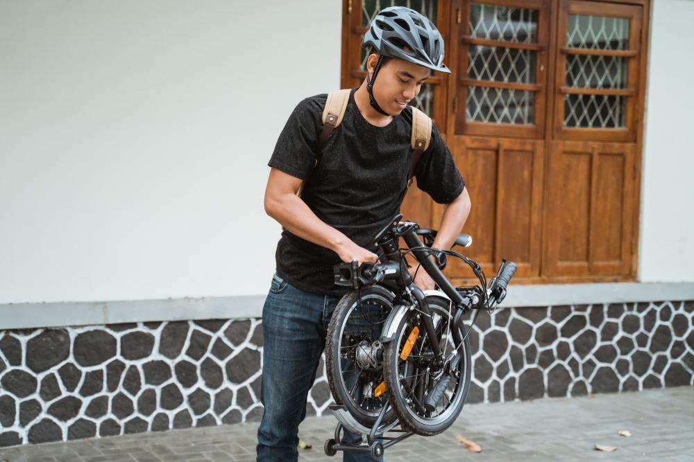 Em 15 segundos, é possível dobrar a bike para facilitar o transporte em outros modais. (Fonte: Shutterstock/august0809/Reprodução)
