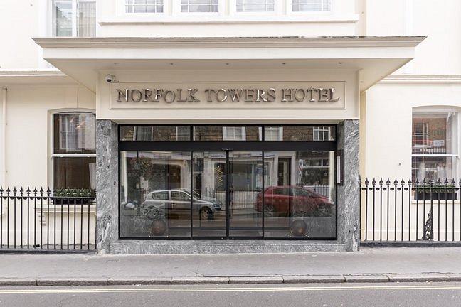 Norfolk Towers Hotel bertema outih dan bersih merupakan salah satu hotel murah di London yang lainnya