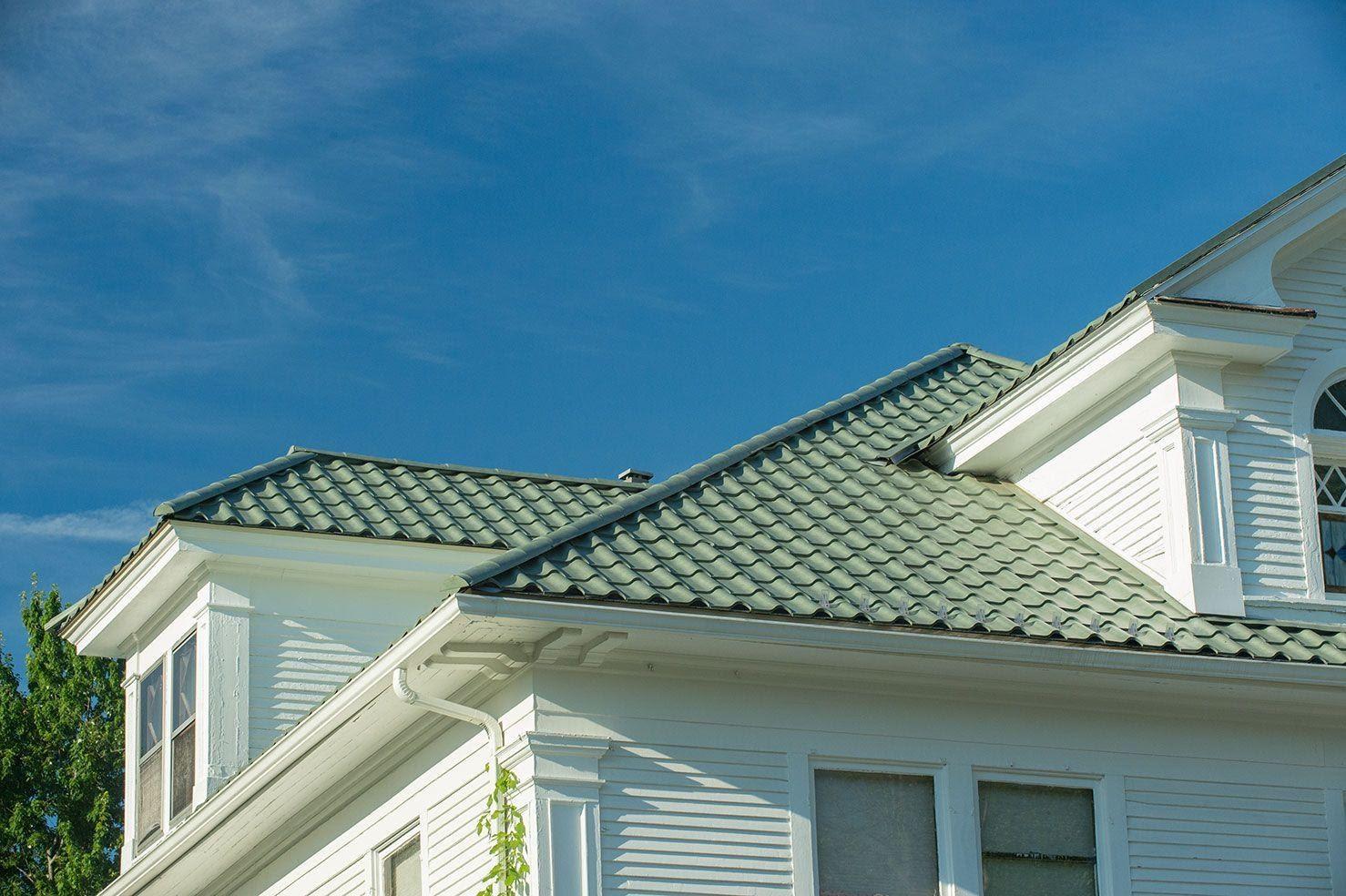 Nhà ở sử dụng tôn giả ngói màu xanh rêu