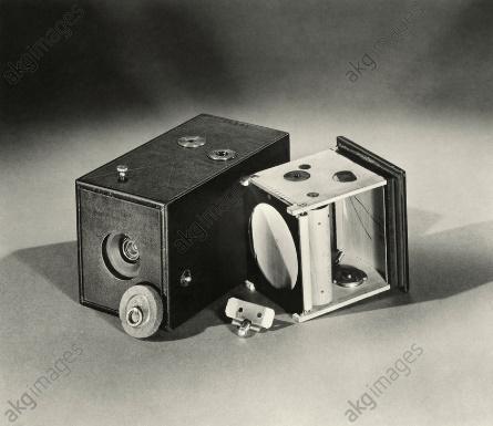 Une image contenant équipement électronique, appareil photo, assis, photo  Description générée automatiquement